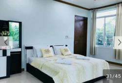 ให้เช่าบ้านเขาใหญ่ บ้านพักมี 2 ห้องนอน (ห้องใหญ่มาก) ห้องน้ำ 3 ห้อง มีเฟอร์นิเจอร์พร้อม แอร์ 4 ตัว