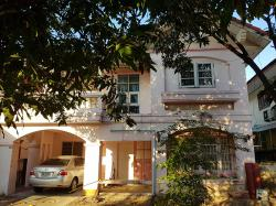 ขายบ้านเดี่ยว 64 ตร.วา 2,950,000 บาท (ราคาต่อรองได้ค่ะ) หมู่บ้านพร้อมพรรณ ชลบุรี ใกล้ถนนสุขุมวิท หน้าบ้านสามารถต่อเติมได้