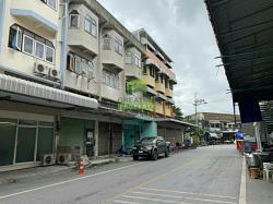 หมู่บ้าน ศรีสามพราน นครปฐม ขายด่วน ตึกแถว 4 ชั้น เนื้อที่ 16 ตร.ว. ทำเลดี ติดถนนเมน
