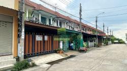 หมู่บ้าน บัวทอง 4 บ้านกล้วย ไทรน้อย ขายด่วน ทาวน์เฮ้าส์ 2 ชั้น เนื้อที่ 18 ตร.ว ทำเลดี ต่อเติมครบ พร้อมอยู่